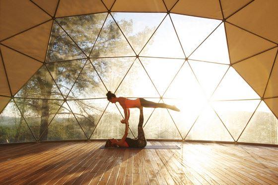 Zwei Frauen machen eine gemeinsame Yogaübung