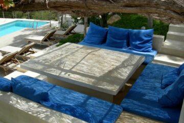 Sitzecke mit blauen Polstern auf dem Boden