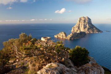 Blick von oben auf die Insel und vorgelagerte Felsen im Meer