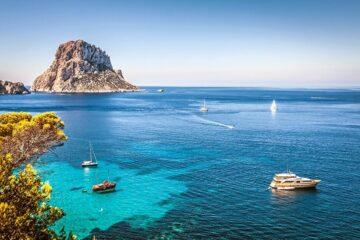 Bucht von oben mit türkis und blau schimmerndem Wasser