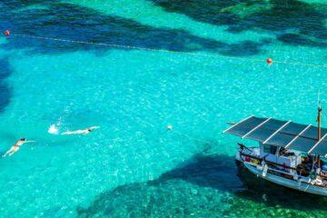 Menschen schwimmen im türkisen Meer