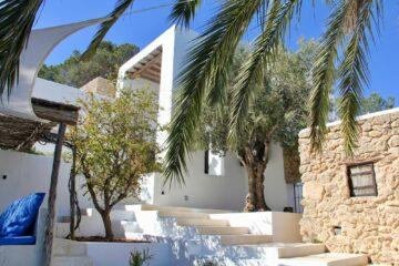 Weißer Quadermauern und Natursteinmauern und Palmen