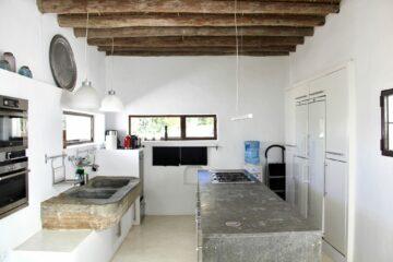 Küche mit zwei Waschbecken und Ablagefläche