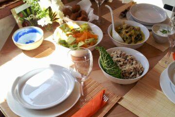 Tisch mit Schüsseln mit Reis und Gemüse