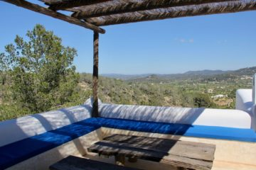 Holzüberdachte Sitzecke mit Blick über die Insel
