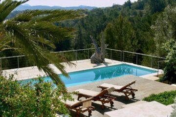 Pool mit Aussicht auf Landschaft von oben