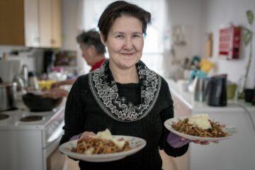 Einheimische serviert Essen