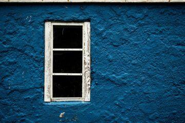 Blaue Steinwand mit Fenster