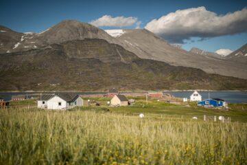 kleine Häuser vor mächtiger Bergkulisse