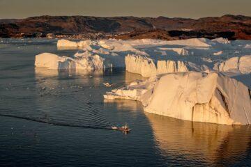 Boot durchquert Fjord am Rande der Eismassen