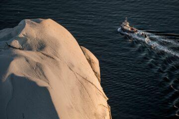 Boot kreuzt einen riesigen Eisberg