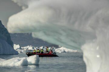 Boot fährt nah an Eismassen vorbei