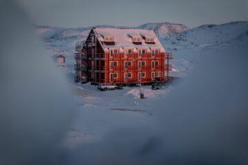 Rotes Haus mit Schneedach