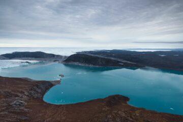 Blauer kurvenreicher Fjord und Meer im Hintergrund