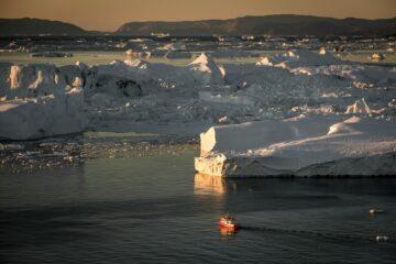 Boot und Eismassen bei Sonnenuntergang