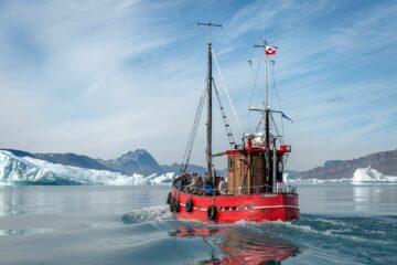 Boot steuert auf Eisberge zu