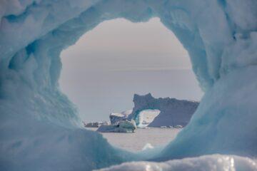 Blick durch ein Eisloch auf Eisformation