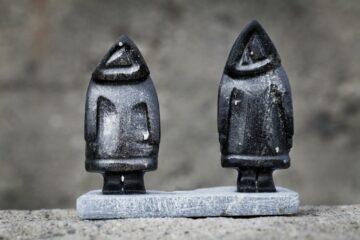 Zwei Eskimo-Statuen aus Stein