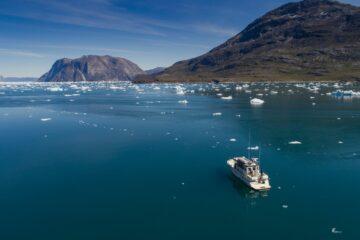 Fjord mit weißen Eisplatten und Boot