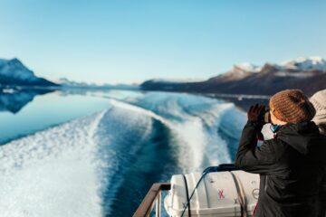 Frau fotografiert auf fahrendem Boot