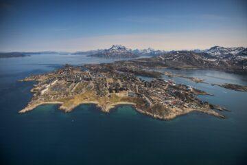 Nuuk Landform inmitten blauem Fjord von oben fotgrafiert