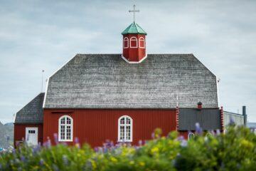 Rote Steinkirche mit weißen Fenstern
