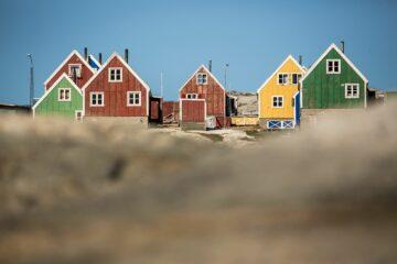 Rote, gelbe und grüne Holzhäuser