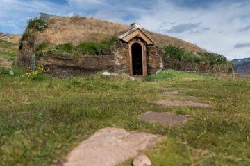 Eingang eines Hauses in Hügel hineingebaut