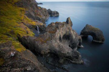 Vulkanformation aus Stein am blauen Fjord