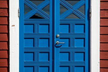Blaue Holztür