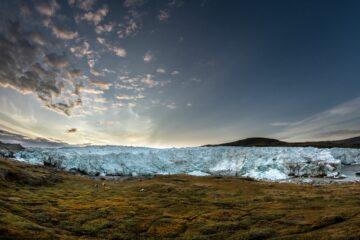 Gletscher vor grünen Wiese