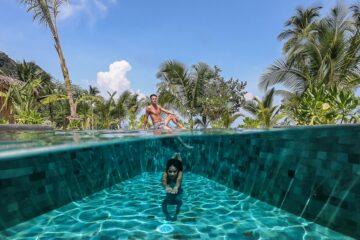 Frau taucht in Pool