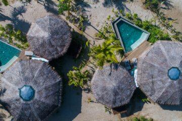 Vogelperspektive über Villendächer und Pool