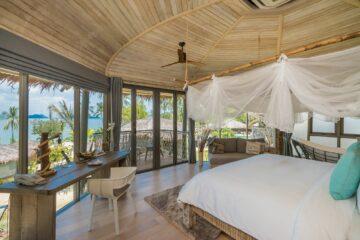 Bett mit weißem Stoffhimmel mit Panoramafenstern