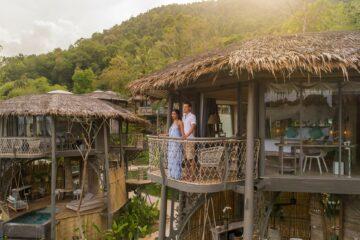 Paar steht auf dem Balkon