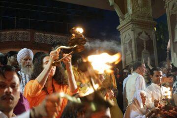 ruppe von Gläubigen beten und entzünden kleine Feuer