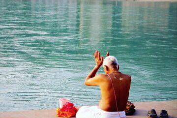 Yogi betet am Fluss