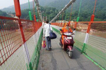 Frau und Motorrad auf Brücke