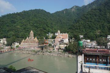Tempel und Brücke am Fluss