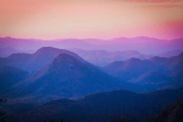 Berge in lila und rosa getaucht