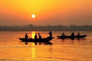 Sonnenuntergang mit Booten auf Fluss