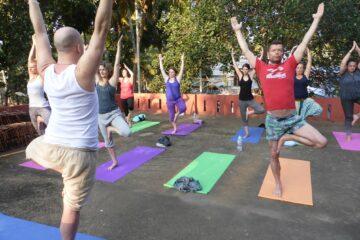 Lehrer macht Übung vor Schülern im Freien vor