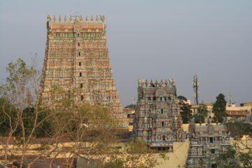 Tempelgebäude hintereinander aufgereiht