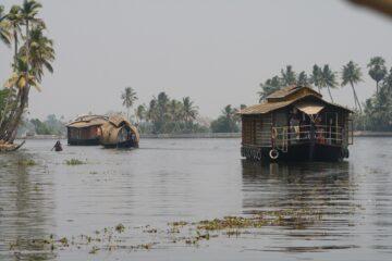 Fluss mit Hausbooten