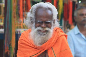 Yogi mit weißem langen Bart