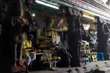 Verkaufsstände mit Schalen mit Bananen und mehr