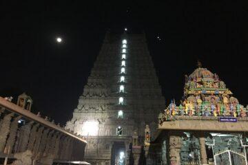Beleuchteter Tempelbau