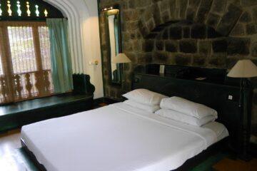 Doppelbett vor Steinmauergewölbe