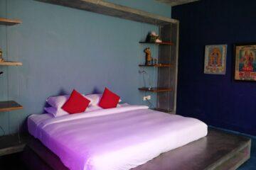 Doppelbett mit roten Kissen