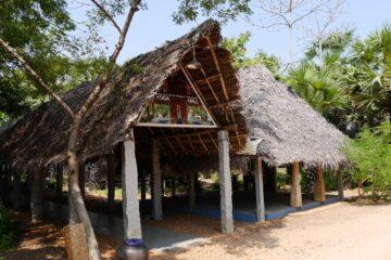 Offeners Haus mit Säulen und Strohdach für Yoga